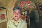 Aparece un hombre después de estar encerrado 77 años en su cueva.