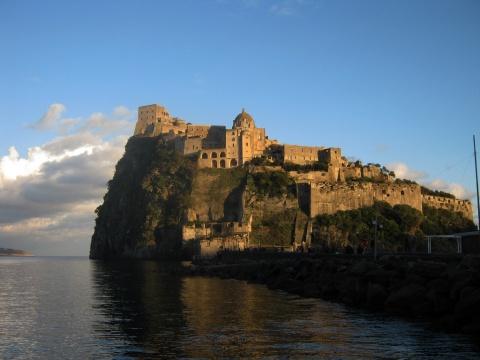 Castillo y palacio aragonés de doña Constanza Dávalos en la isla de Ischia